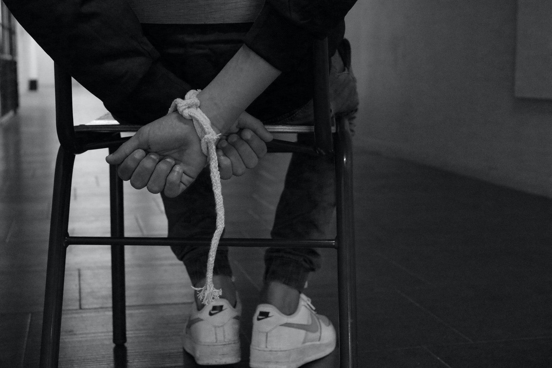 Personne avec les mains liées