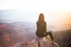 Femme face à un paysage