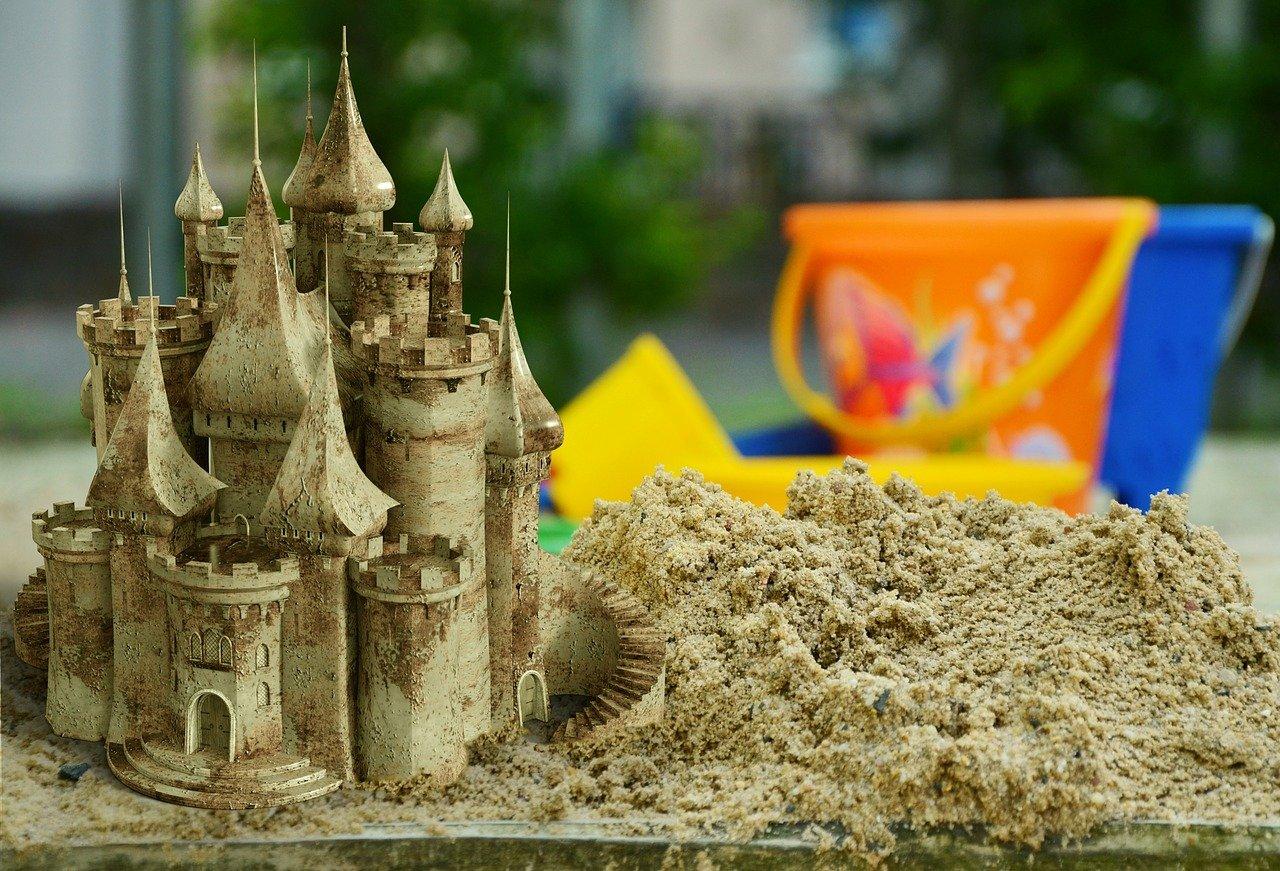 Tas de sable et beau chateau